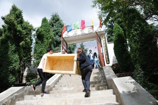 志愿者搭建雅居乐阳光童趣园