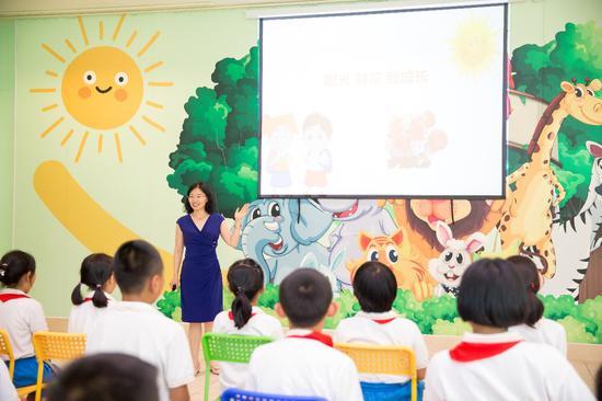 张砾匀老师在活动中做心理课程分享