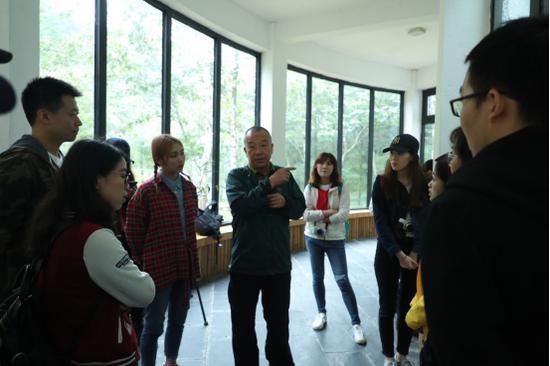 佛坪国家级自然保护区管理局高级工程师党高弟向项目组介绍大熊猫生存习性以及秦岭生态状况