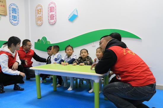 """志愿者和孩?#29992;?#22312;碧桂园?凤凰城社区党群服务中心的""""星?#24378;?#38388;"""""""