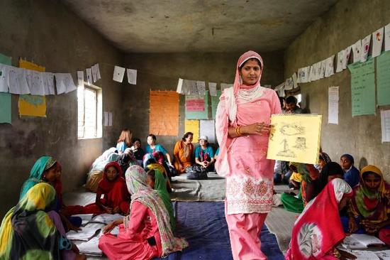 国泰航空员工于2018年9月深入尼泊尔偏远地区,观察学生上课情况,了解UNICEF在当地专为被边缘化或被迫辍学女孩而设的教育项目
