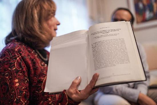 图为哥伦比亚新学校基金会创办人薇奇·科尔波特在家中接受新华社记者专访。(新华社发,约翰·帕斯摄)