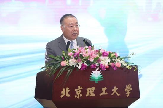 一汽丰田汽车销售有限公司副总经理刘振国鼓励学子们要勇于追求心中的梦想