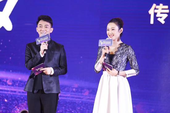 毕啸南与深圳市传梦公益基金理事长张蕾女士共同主持