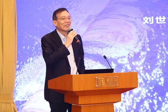 全国政协经济委员会副主任、央行货币政策委员会委员、中国发展基金会副理事长刘世锦的演讲题目是《绿色城镇化与乡村振兴》。