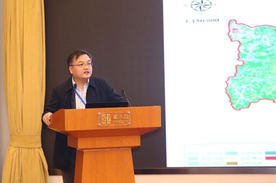 中国环科院研究员叶春解读《新县生态环境状况蓝皮书》。
