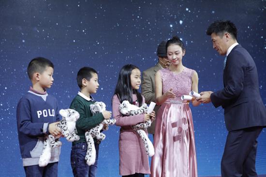 颁奖嘉宾为丰彩小画手们颁奖,嘉奖他们对于绘画梦想的不懈坚持。