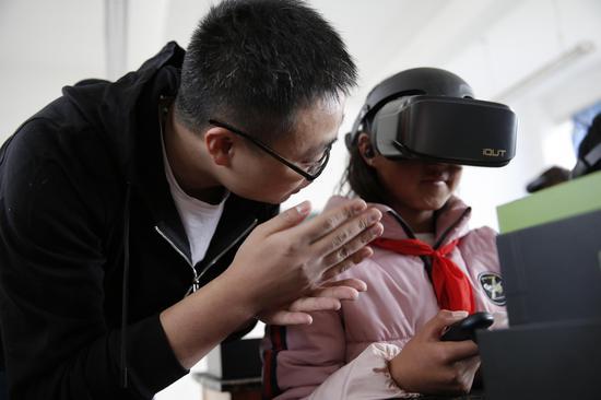 现场体验VR眼镜。中国青基会供图