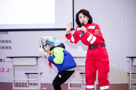中国地震学会科普工作委员会委员、高级工程师陈莉为孩?#29992;?#20256;授地震安全知识。