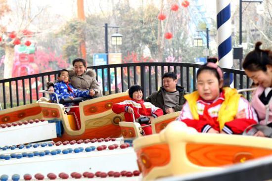 """""""加康加年味""""留守儿童春节团聚活动。"""