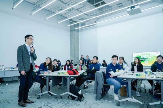 岑岭英纪师长教员和徐富华师长教员先容绿色办理步履