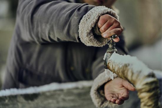 高圆圆冰水洗手挑衅 流感季助力山区儿童安康