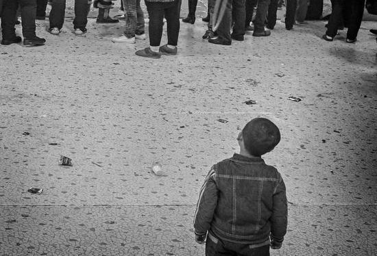《独自》,自闭症儿童自己经常是旁若无人,周围发生什?#35789;?#20284;乎?#21152;?#20182;无关,很难引起他的兴趣和注意。(作品由公益摄影家程序拍摄)