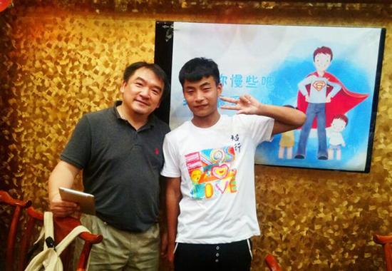 香港智行基金会创始人兼主席,中华儿慈会智行助学专项基金负责人杜聪(左一)与小浩