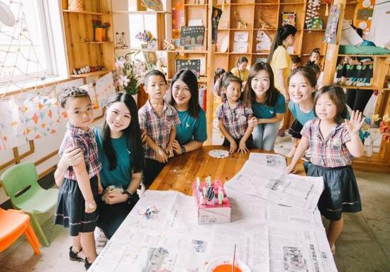 国泰航空员工于2018年6月到访中国贵州一所受助的幼儿园作亲善探访