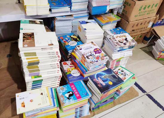 薛晋梅团队为孩子们采办的册本