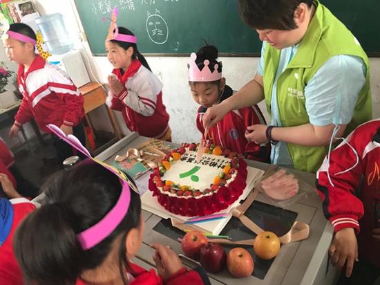 叶柏公益与河南平桥中山小学的孩子共同庆祝叶柏公益四周年