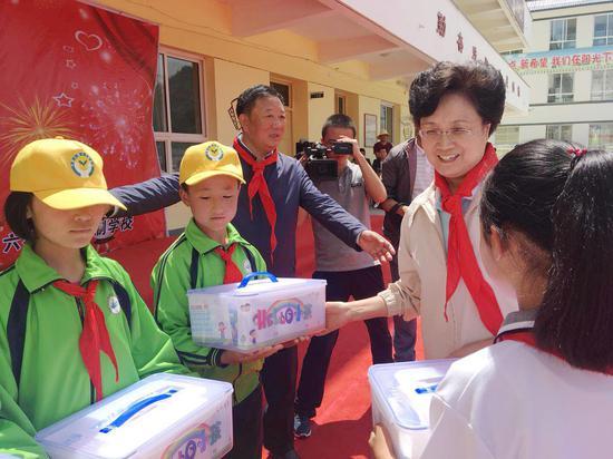"""宋秀岩看望甘肃省漳县、西和县的孩子们并送去""""HELLO小孩""""爱心套餐"""