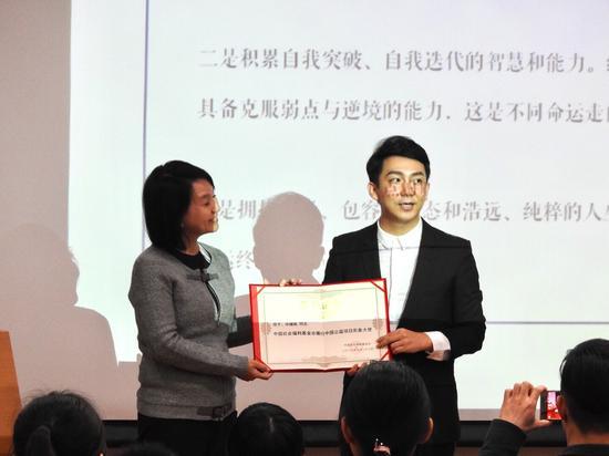 雁行中国主席郭伟琼为毕啸南颁发荣誉证书