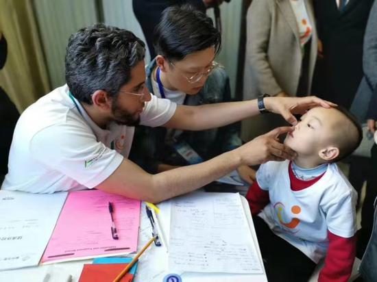 国际医疗志愿者对贫困患儿进行术前筛查