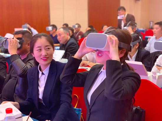学员们体验VR教学