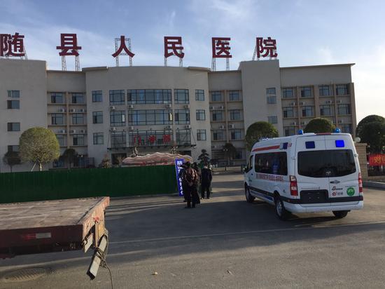 """新浪携手""""思源工程""""交付的第21辆负压救护车由湖北省随县人民医院接收并投入使用。"""