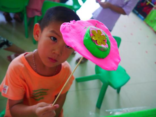 孩子们在讲堂上本身思虑,本身脱手,起头建造属于本身的雨伞。