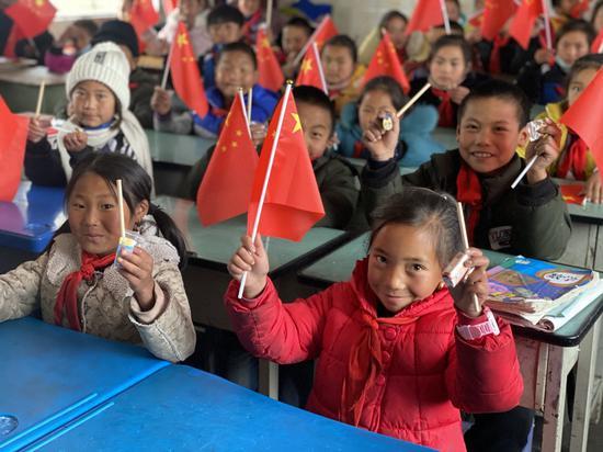 """巴普镇小学的第一节线上课""""国旗国徽国歌"""""""