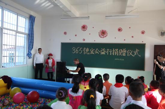 马克先生给孩子们演奏钢琴