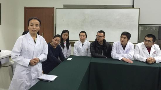 来自西藏的拉姆卡医生接受采访