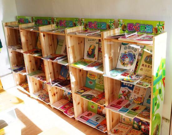 用奇异果栈板再造而成的环保书架