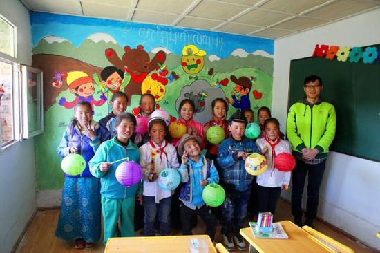 学生们与美术教师在新教室留影