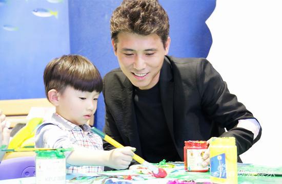李乃文和自闭症儿童一起画画