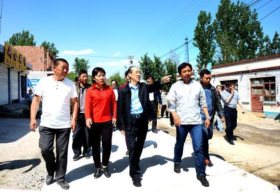 万鄂湘主席来到涞源县白石山村为民革的精准扶贫项目做调研