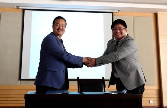 京后生公益基金会发起人、理事赖崎(右)与拉萨市人民党委书记曲达(左)签署共建协议