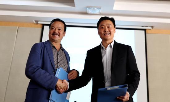 首都医科大学北京儿童医院副院长谢向辉(右)与拉萨市人民党委书记曲达(左)签署援助共建协议