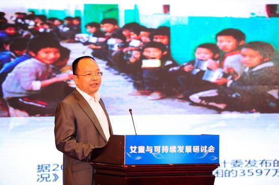 中国儿童少年基金会秘书长朱锡生发言