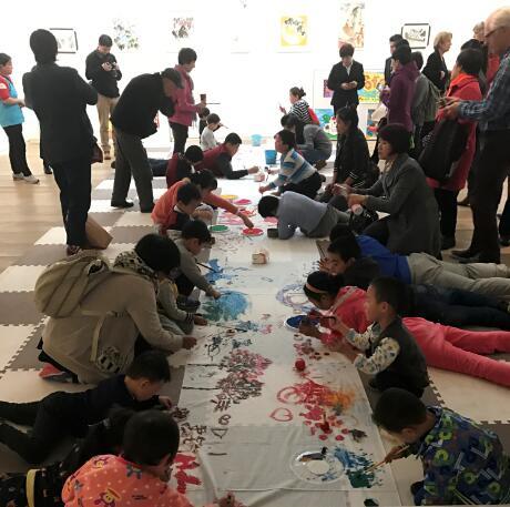 艺术家和小朋友们现场作画