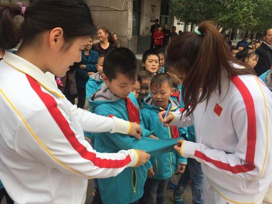 史婧琳应学生邀请在校服上签名