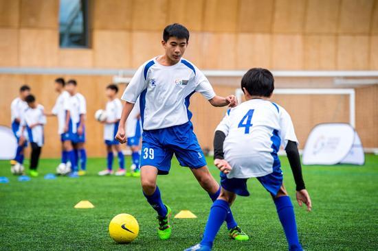 中国小球员在托特纳姆热刺俱乐部的培训中心展开训练