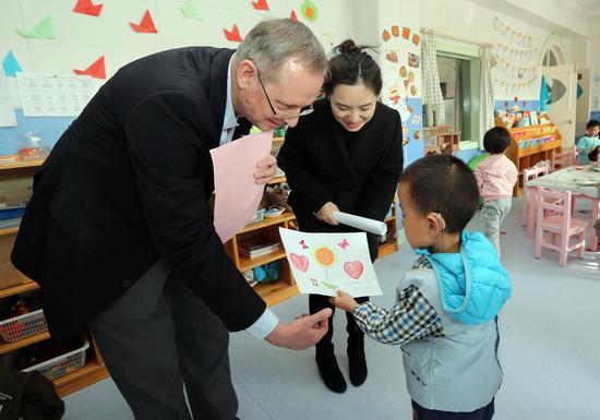 中聋语训班的小朋友向博西家用电器投资(中国)有限公司董事长兼总裁盖尔克先生赠送礼物