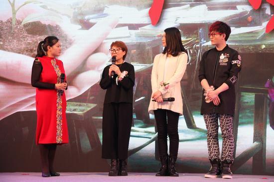 中华社会救助基金会副秘书长张雪雁(左二)、著名作家苏芩(右二)、流行歌手丁克森(右一)、凤凰公益主编孙雪梅现场互动
