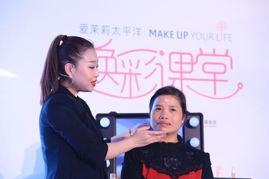在今年两癌筛查项目中第一位受益的钱丙分女士专程来到北京参加了焕彩课堂活动
