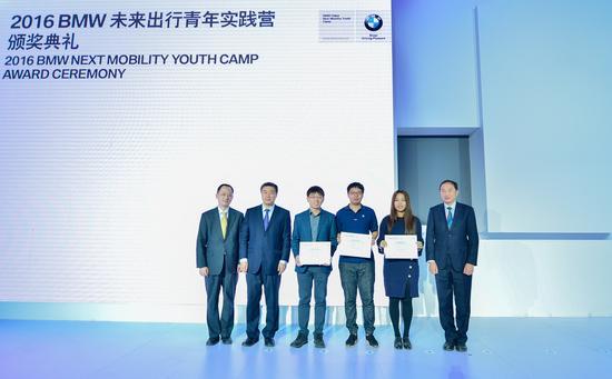 政府机构领导为三组单项奖团队颁奖