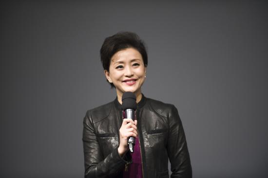 阳光未来艺术教育基金会理事长杨澜发言,总结2016年基金会工作
