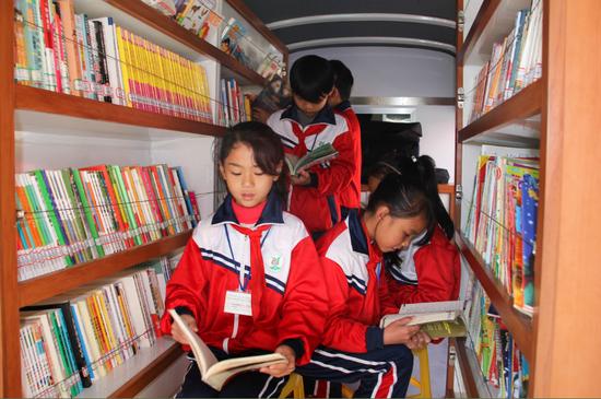 金龙移动图书车给学生读书增添更多乐趣