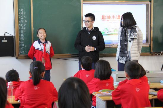 来自厦门外国语学校的志愿者正在和思源学校同学们互动