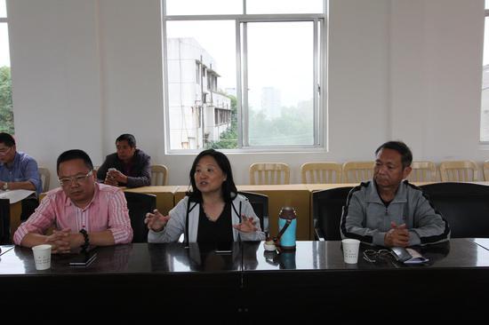 李力(中)、霍岱珊(右)、杨建初(左)当地社区调查中