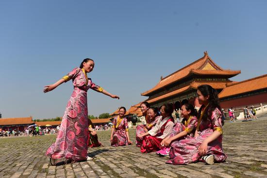 """参加""""春蕾女童夏令营""""的西藏代表,在故宫跳起了舞蹈"""
