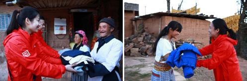 优衣库志愿者为村民分发爱心衣物